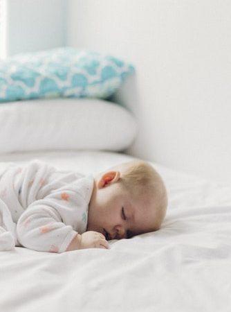 wanneer slaapt een baby door