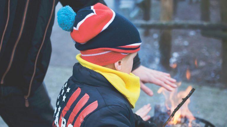 jonge kinderen lopen brandwonden op