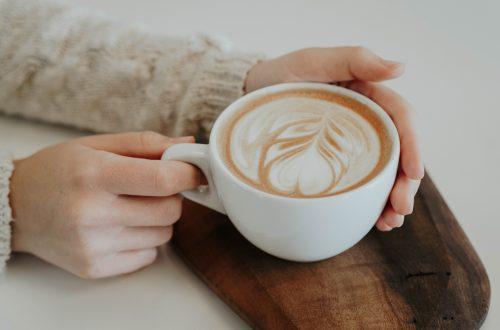 kind koffie laten drinken